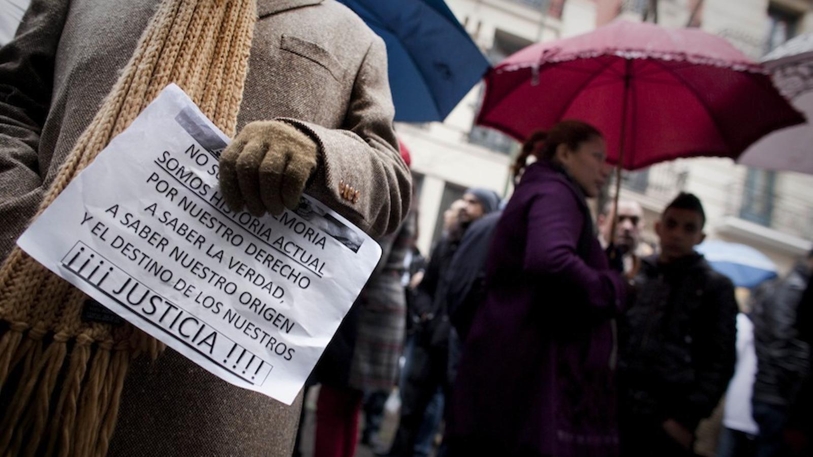 Denunciants de casos de 'nens robats' davant de la Fiscalia General de l'Estat, a Madrid, per reclamar que s'investiguin els casos de 'nens robats en imatge d'arxiu