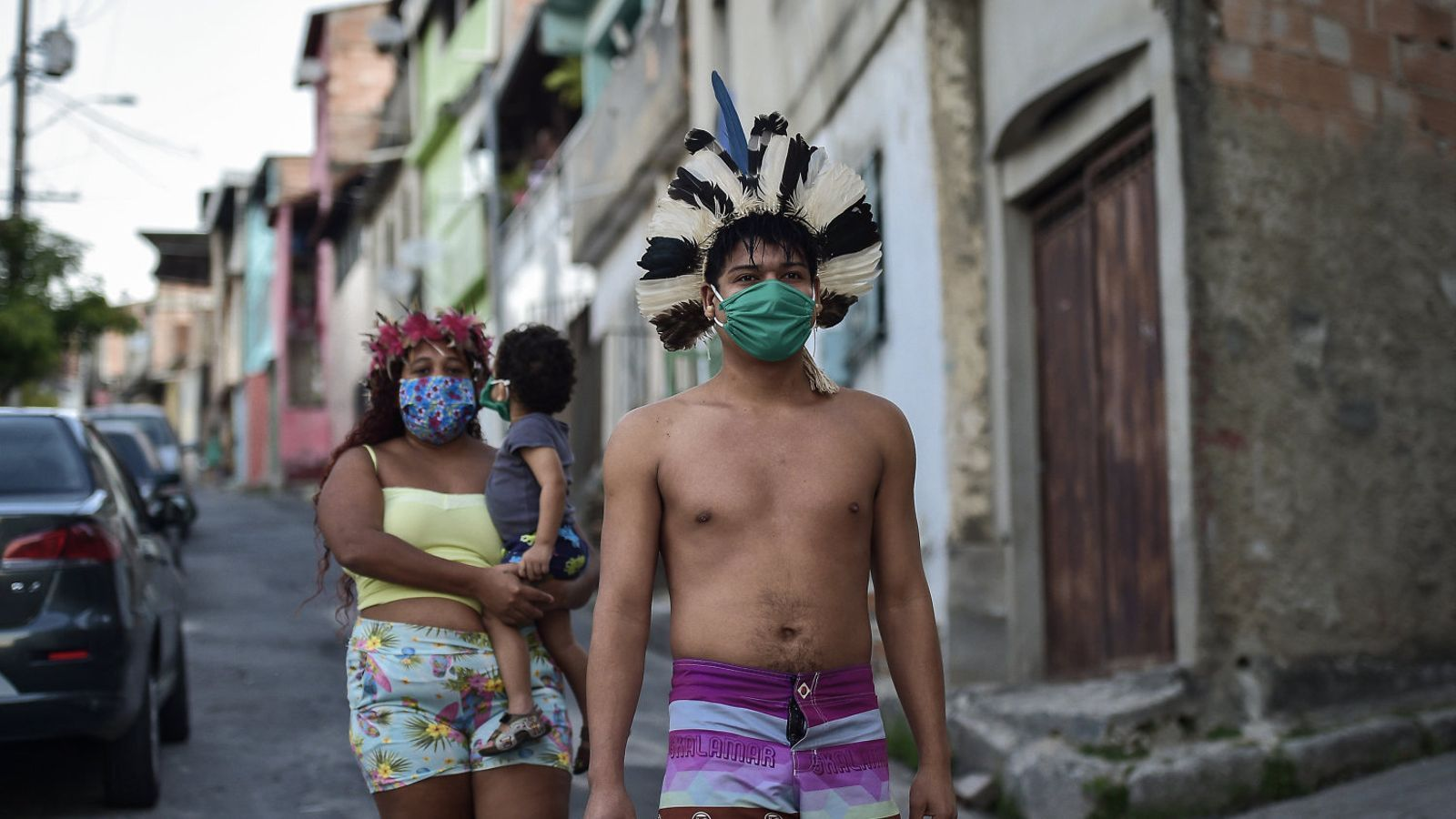 Una parella indígena de l'ètnia pataxó i el seu fill en un carrer de la ciutat brasilera de Belo Horizonte.