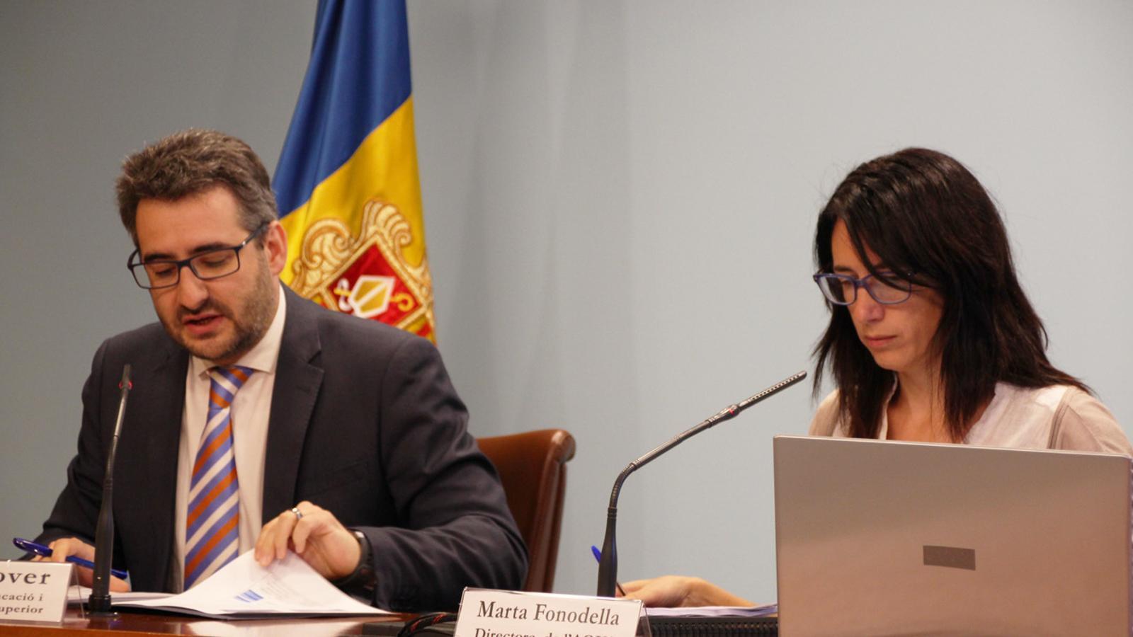 El ministre d'Educació i Ensenyament Superior, Eric Jover, juntament amb la directora de l'Agència de Qualitat de l'Ensenyament Superior d'Andorra (AQUA), Marta Fonodella. / T. N. (ANA)