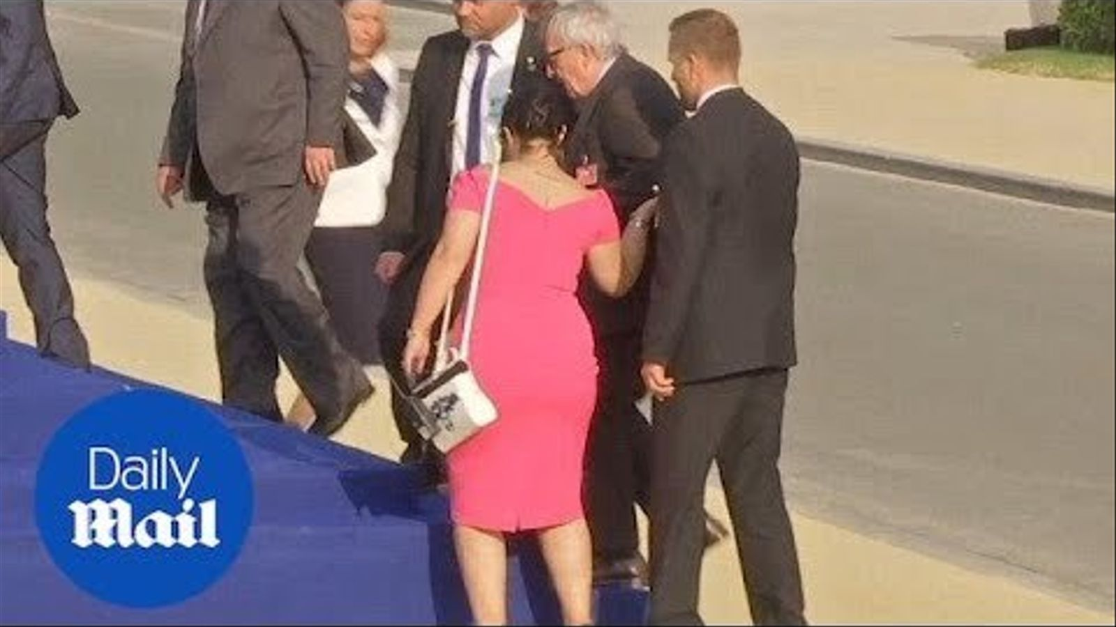 Jean Claude Juncker trontolla i l'ajuden altres líders de l'OTAN