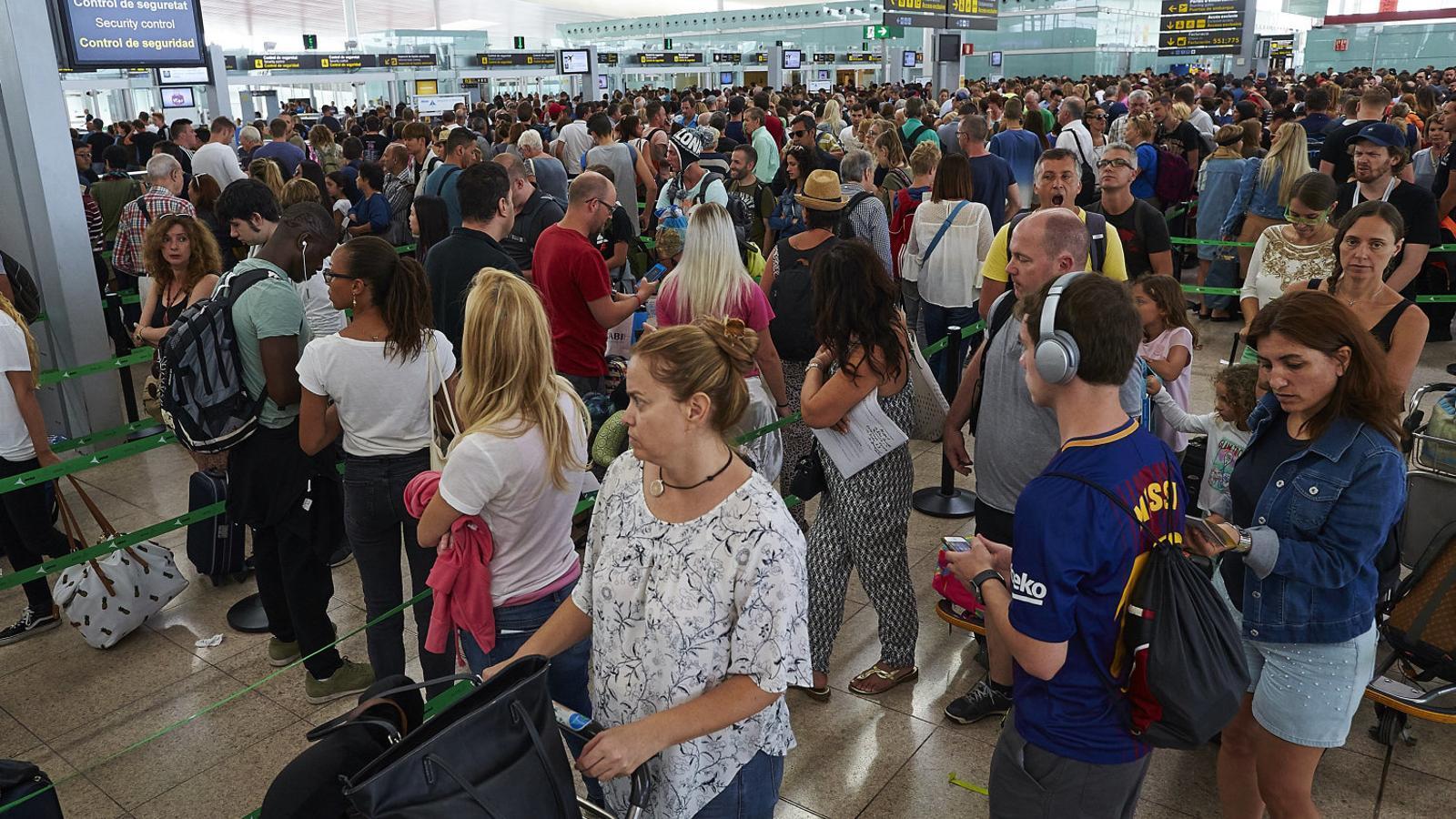 S'enquista el conflicte laboral dels vigilants de l'aeroport del Prat