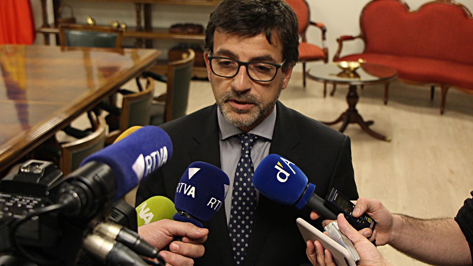 El ministre de Finances, Jordi Cinca, durant la compareixença per explicar la notícia davant dels mitjans. / M. M. (ANA)