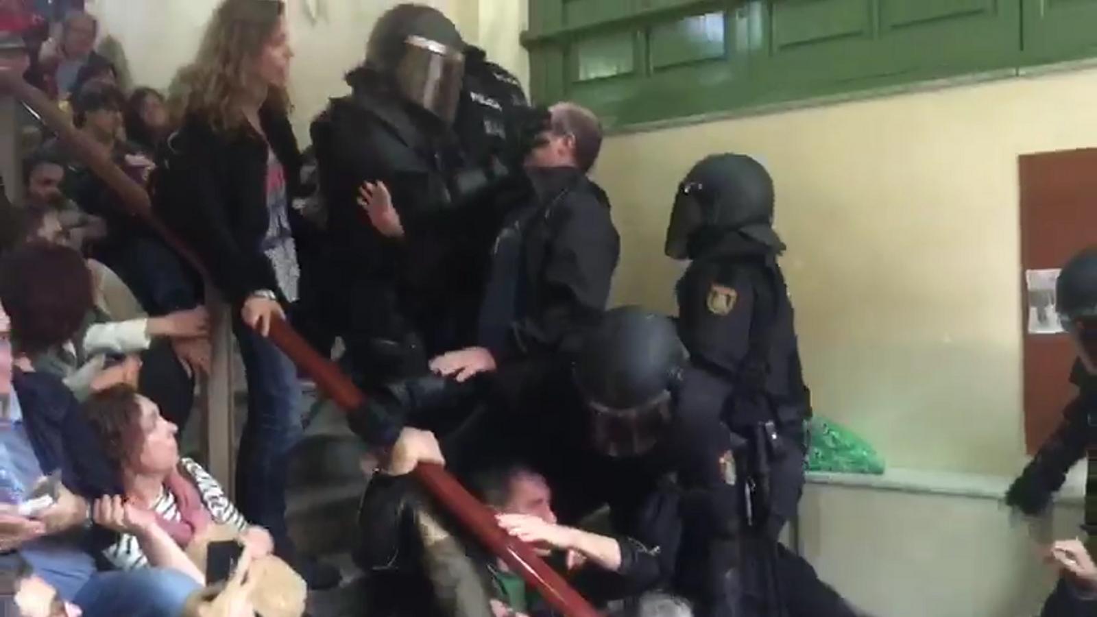 Violència policial a l'interior de l'IES Pau Claris, a l'Eixample