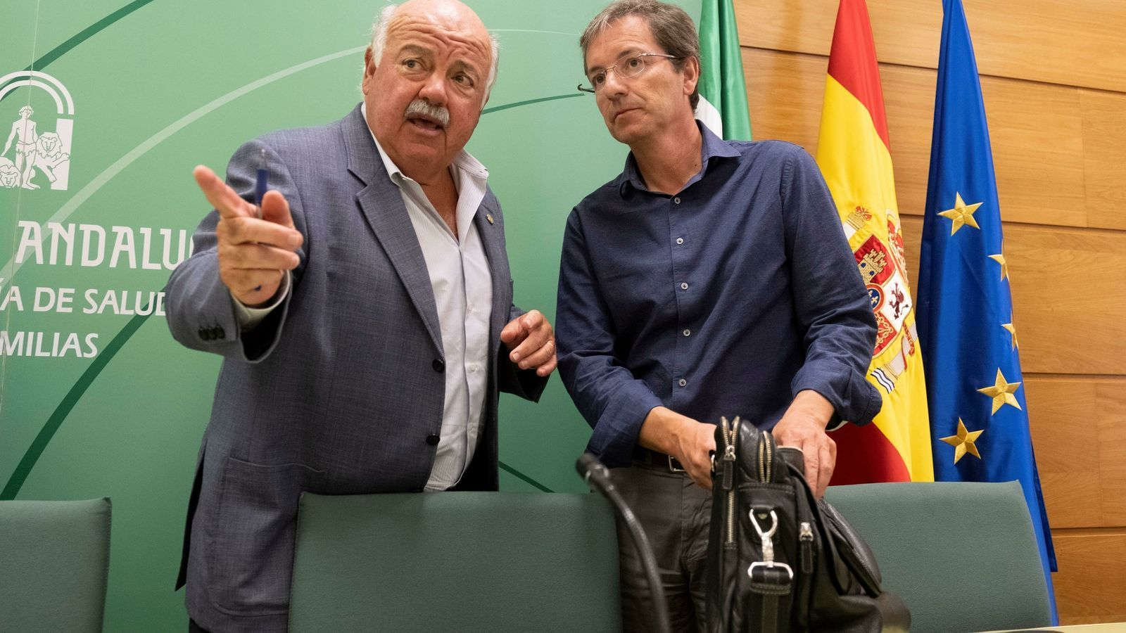El conseller de Salut de la Junta d'Andalusia Jesús Aguirre -a l'esquerra- durant l'última compareixença per explicar l'evolució del brot de listeriosi que ha obligat a hospitalitzar 56 persones
