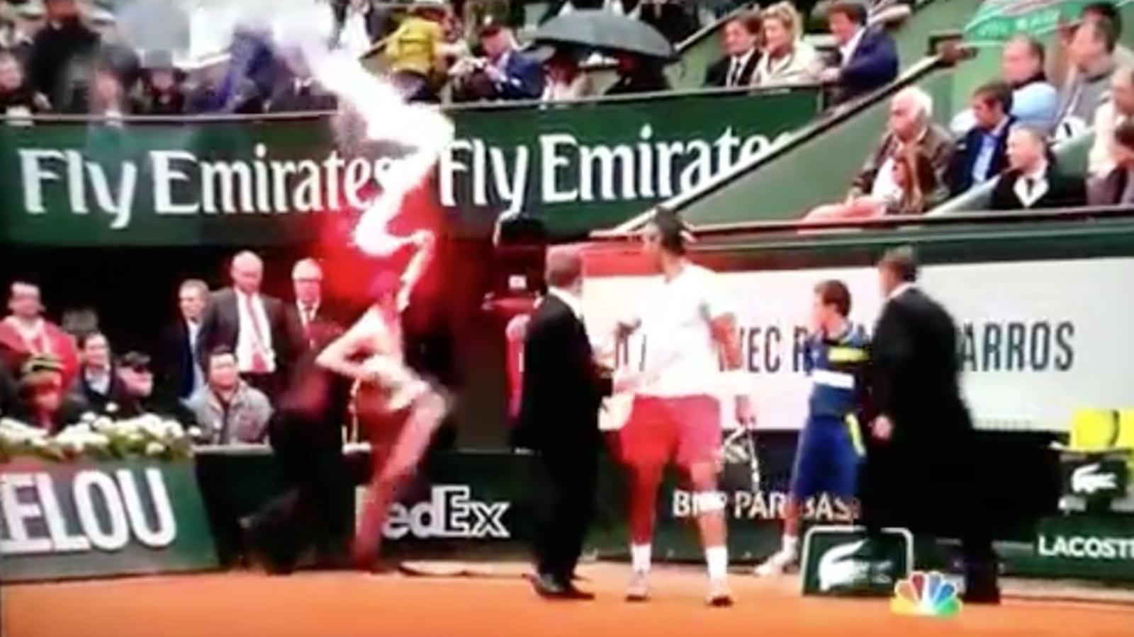 Un espontani salta a la pista de Roland Garros amb una bengala per protestar contra el matrimoni homosexual