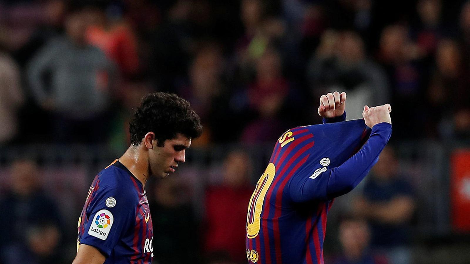 Leo Messi traient-se la samarreta en un gest de frustració després de la derrota del Barça contra el Betis.