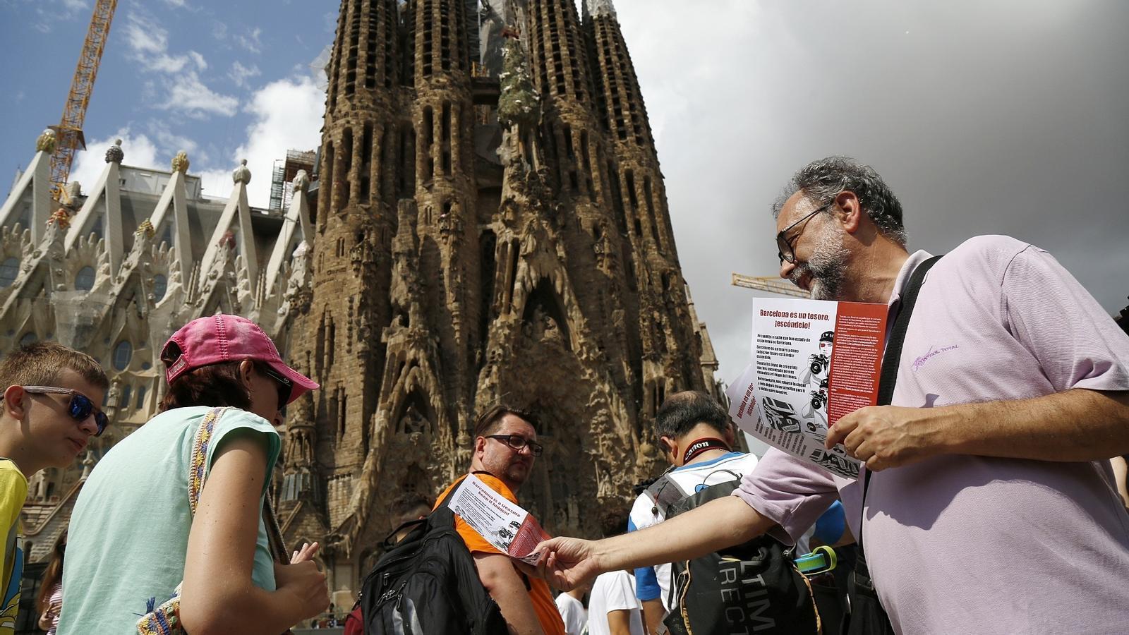 Membres de la FAVB reparteixen fulletons en contra la massificació turística davant de la Sagrada Família