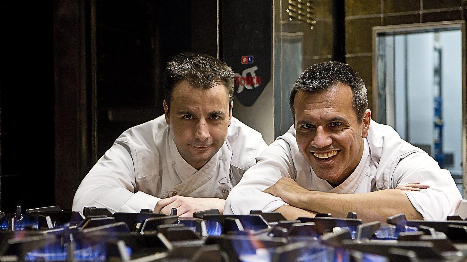 Dos dels tres xefs del restaurant Disfrutar, Oriol Castro i Eduard Xatruch, ahir a la cuina.