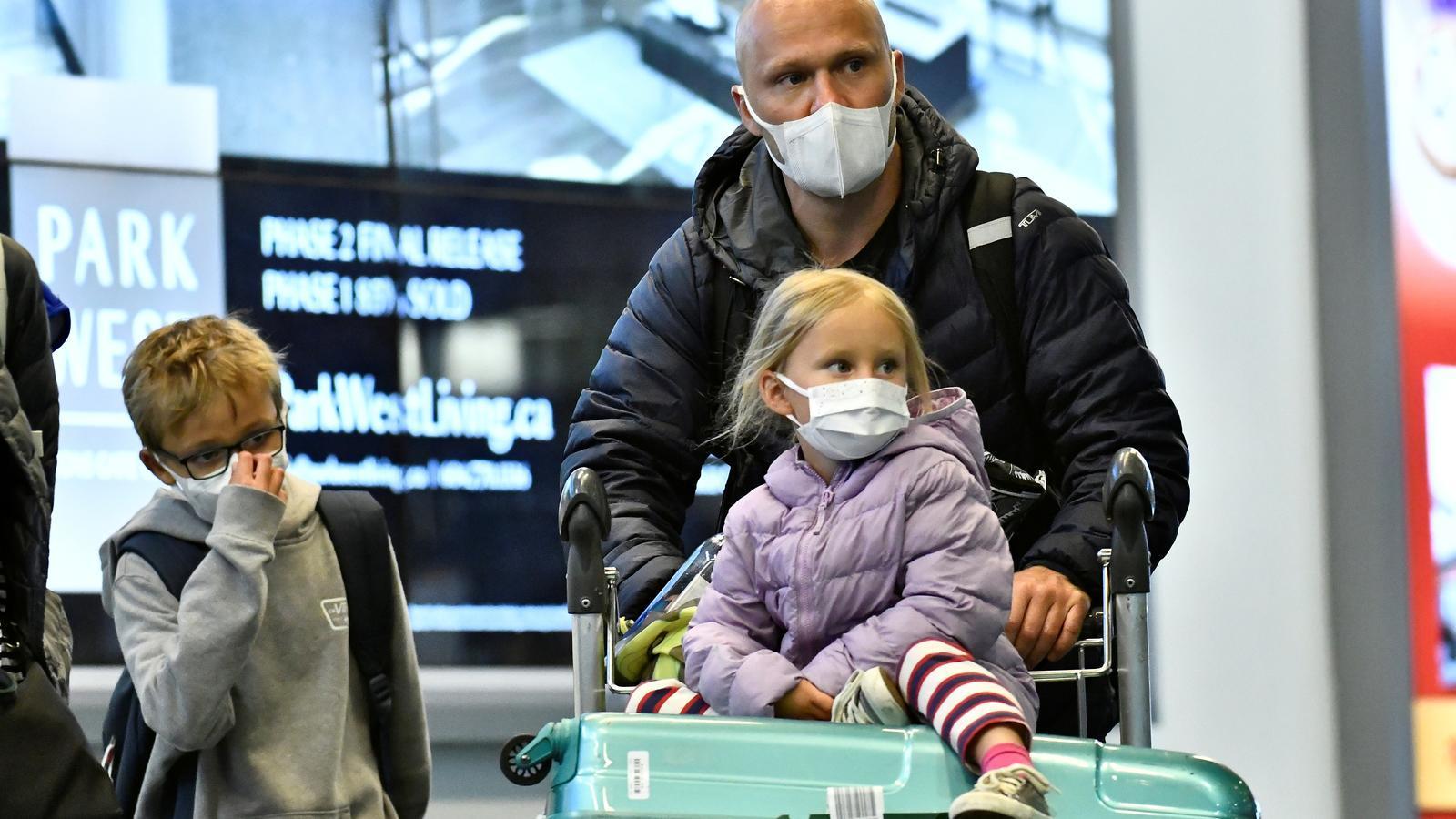 Passatgers procedents de la Xina a l'aeroport de Vancouver, al Canadà.