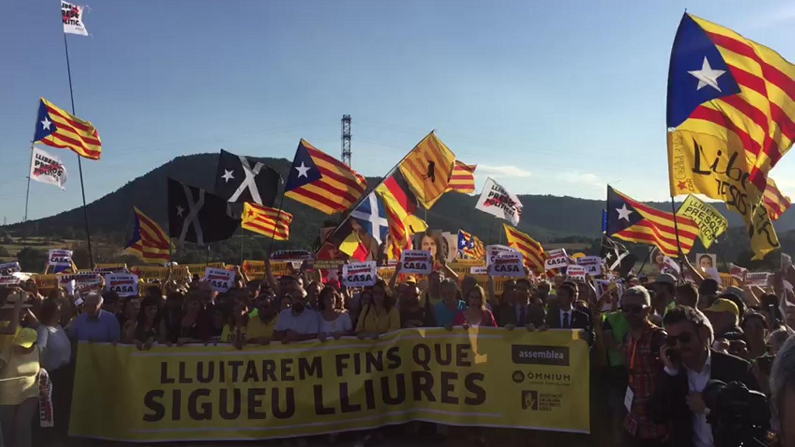 Els manifestants a Lledoners canten 'Els segadors'