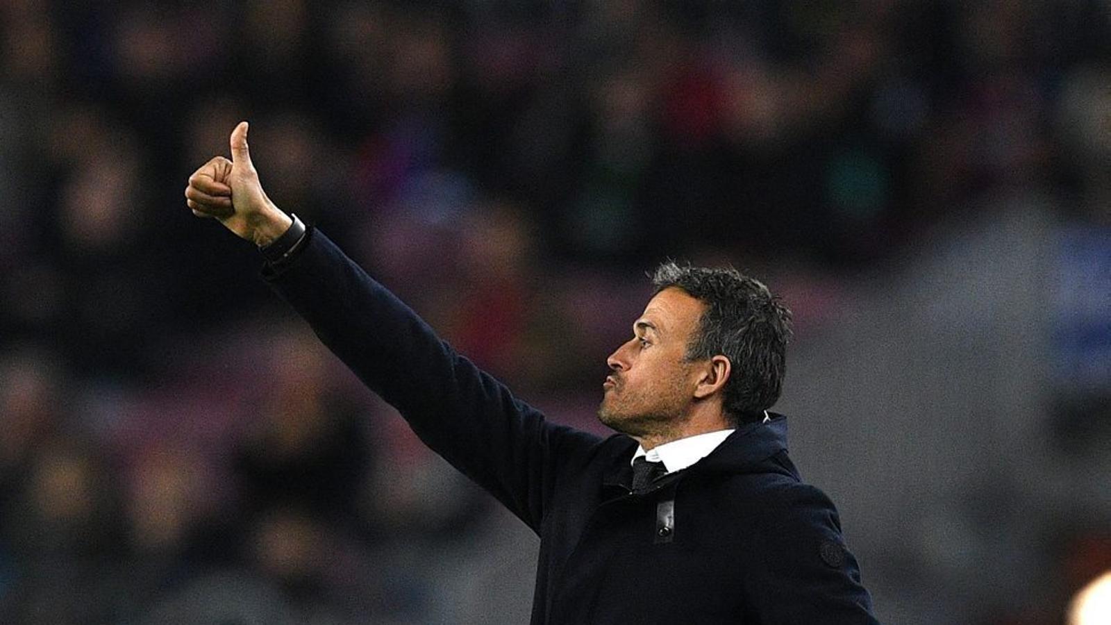 Luis Enrique felicitant un dels seus jugadors després d'una bona acció contra el Borussia Mönchenglad-bach.