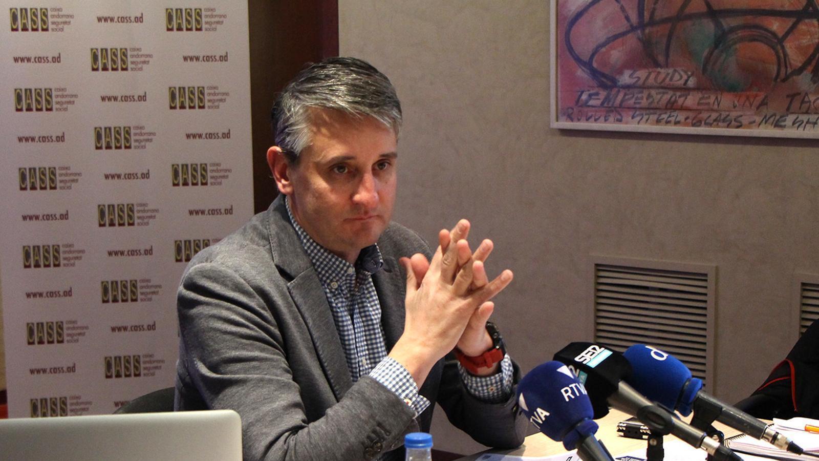 El director de comunicació, relació amb l'assegurat i mètodes de la CASS, David Caubet, durant la roda de premsa. / M. P.
