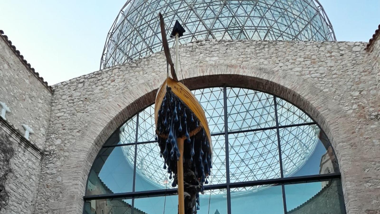 El Teatre-Museu Dalí amb les carpes instal·lades sota la cúpula de per l'exhumació