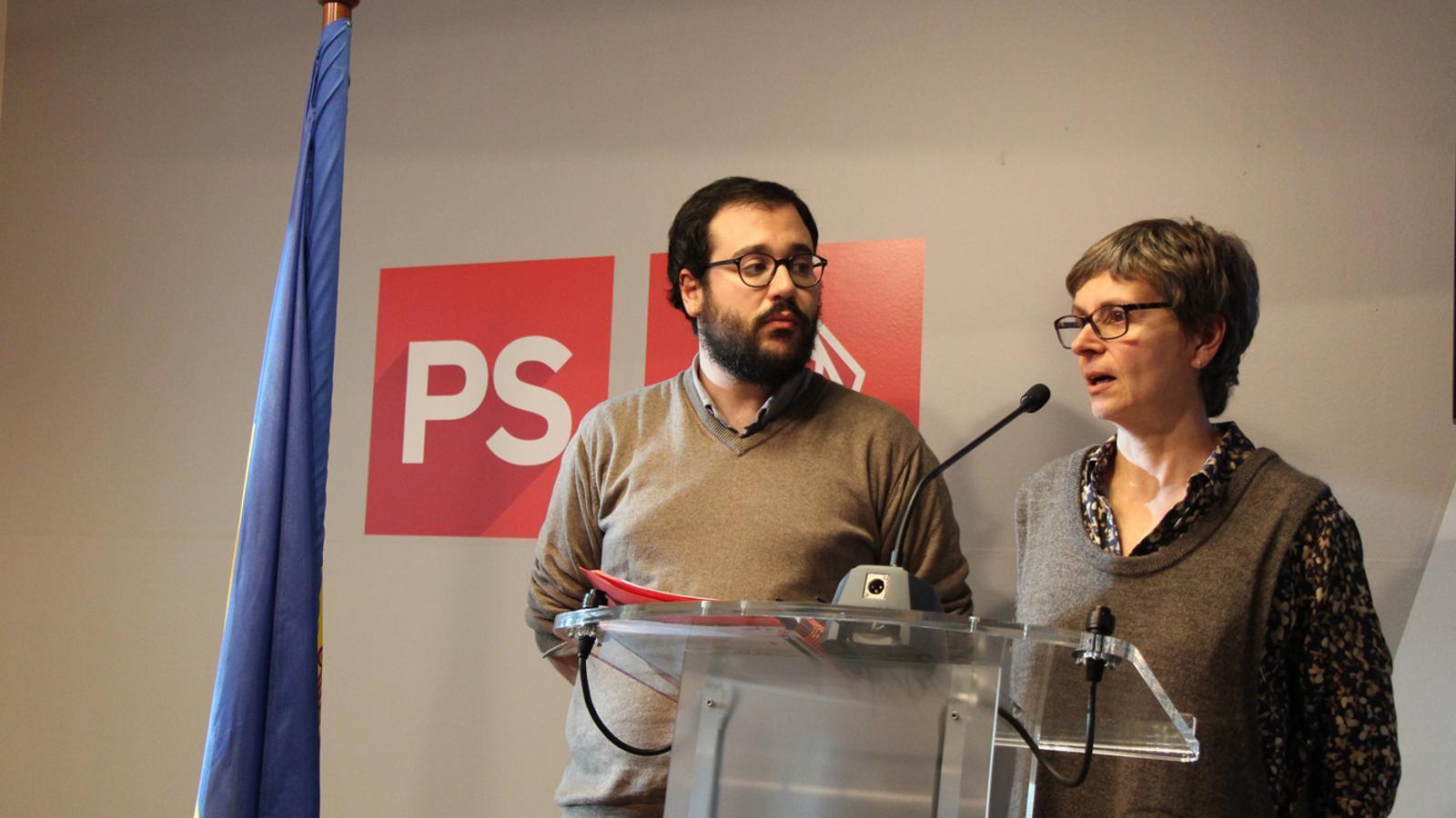 El secretari d'organització del PS, Carles Sánchez, i la primera secretària del partit, Susanna Vela, en roda de premsa. / L. M.