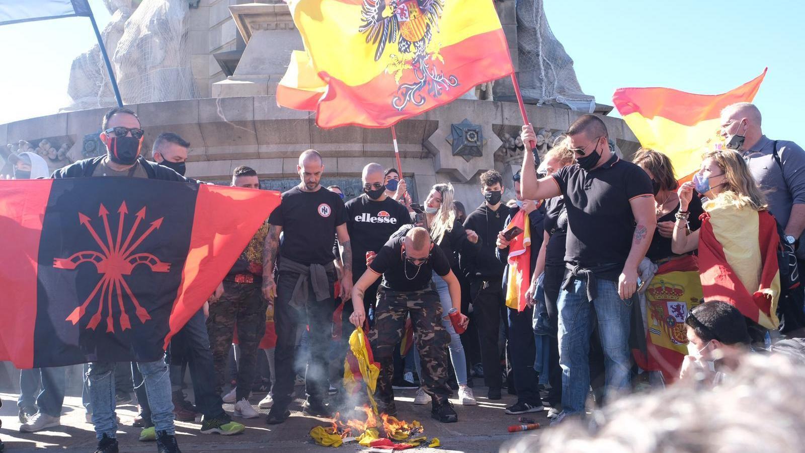 """Crema d'estelades i crits de """"Mort al separatista"""": l'extrema dreta s'exhibeix sense complexos al centre de Barcelona"""