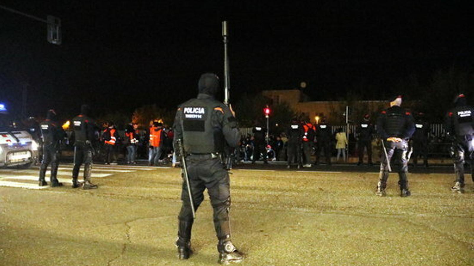 Desenes de persones tiren pedres en un acte de precampanya de Vox a Lleida