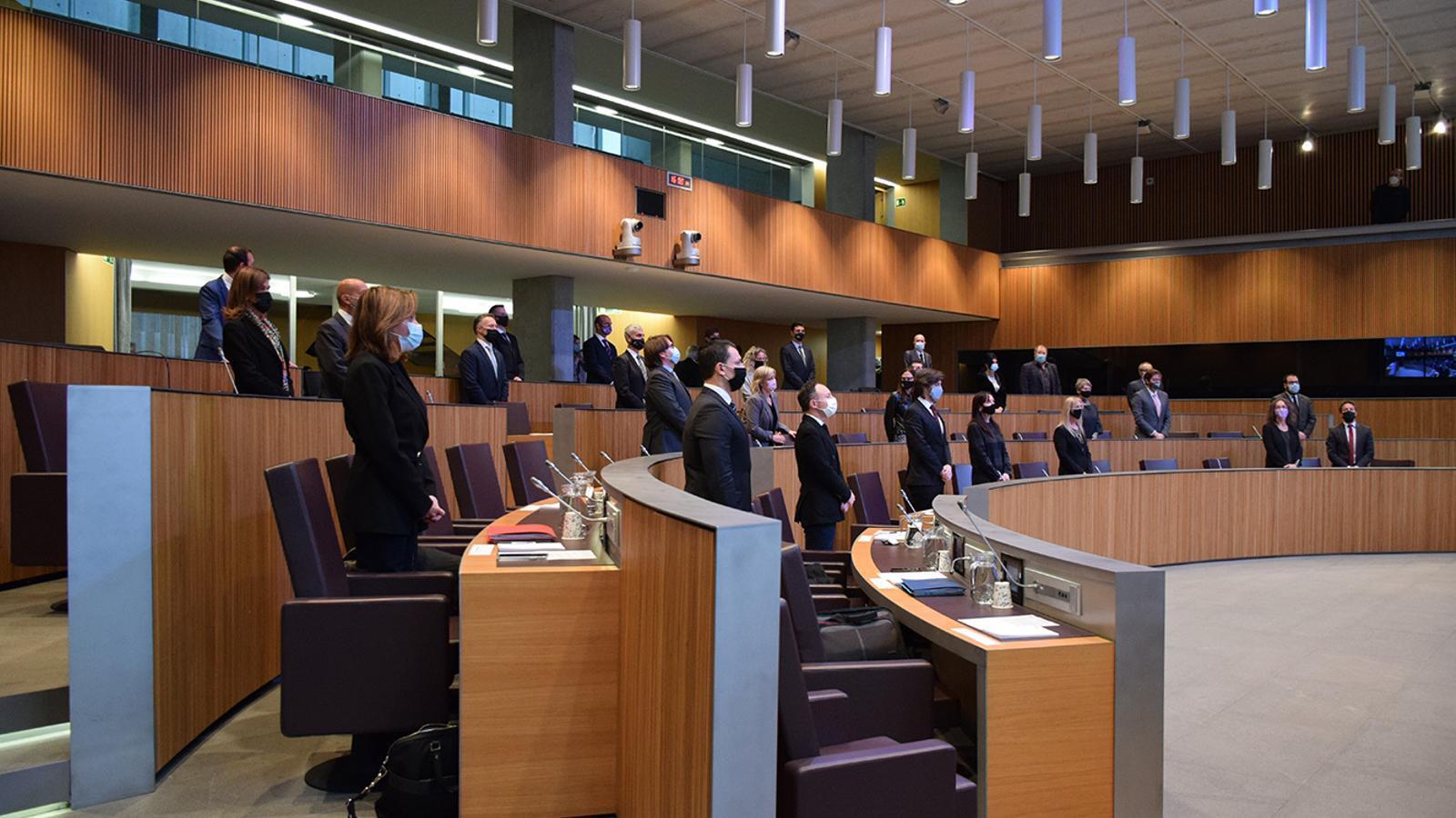 El minut de silenci que s'ha fet al consell en memòria de Valéry Giscard d'Estaing. / M.F.