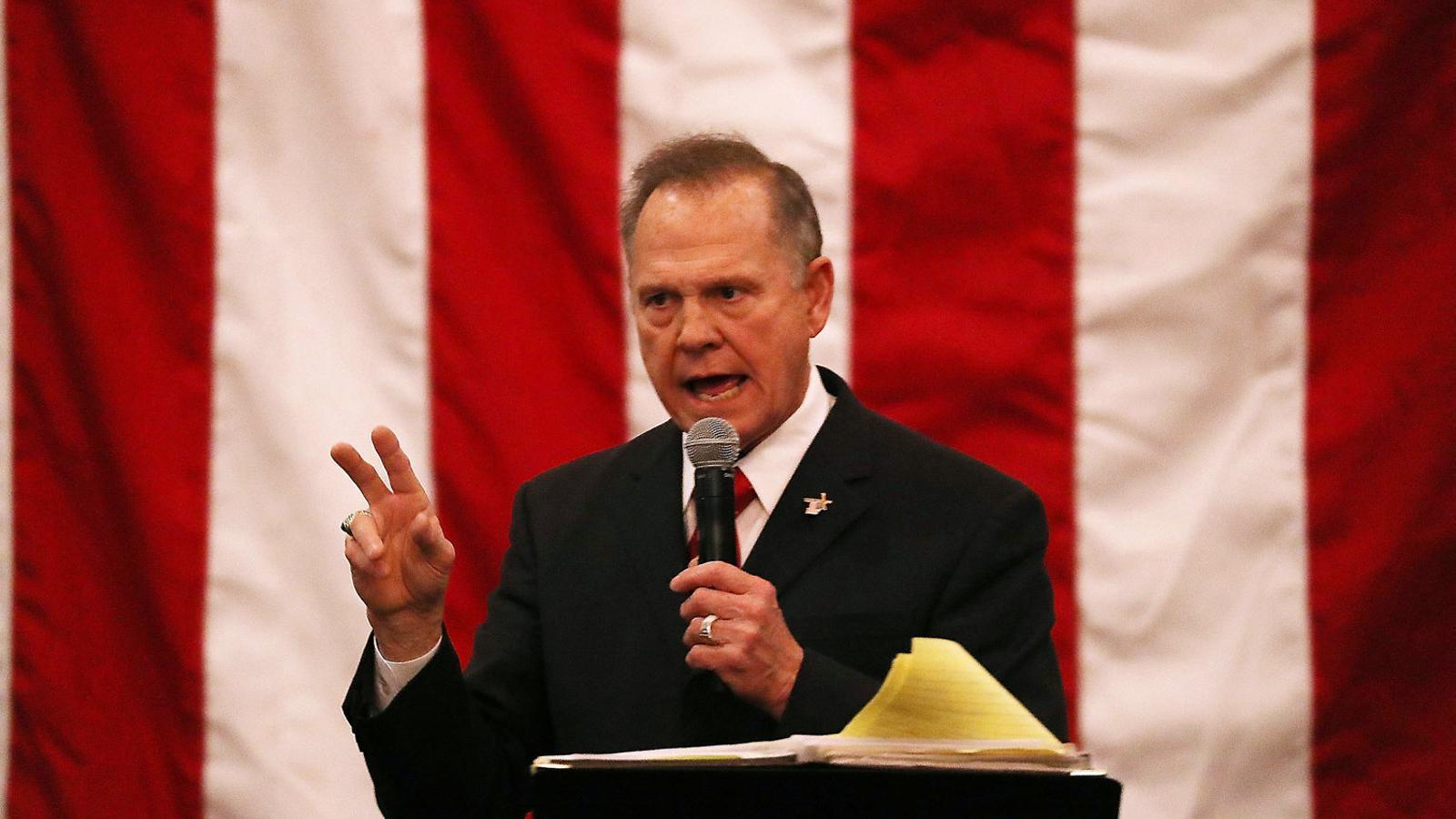Roy Moore, el candidat republicà a les eleccions per l'escó d'Alabama al Senat dels Estats Units, és un exjutge ultraconservador que ha sigut acusat d'abusar de dones adolescents quan tenia trenta anys.