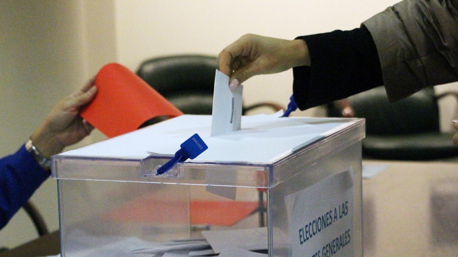 Una persona votant. / M. P. (ANA)