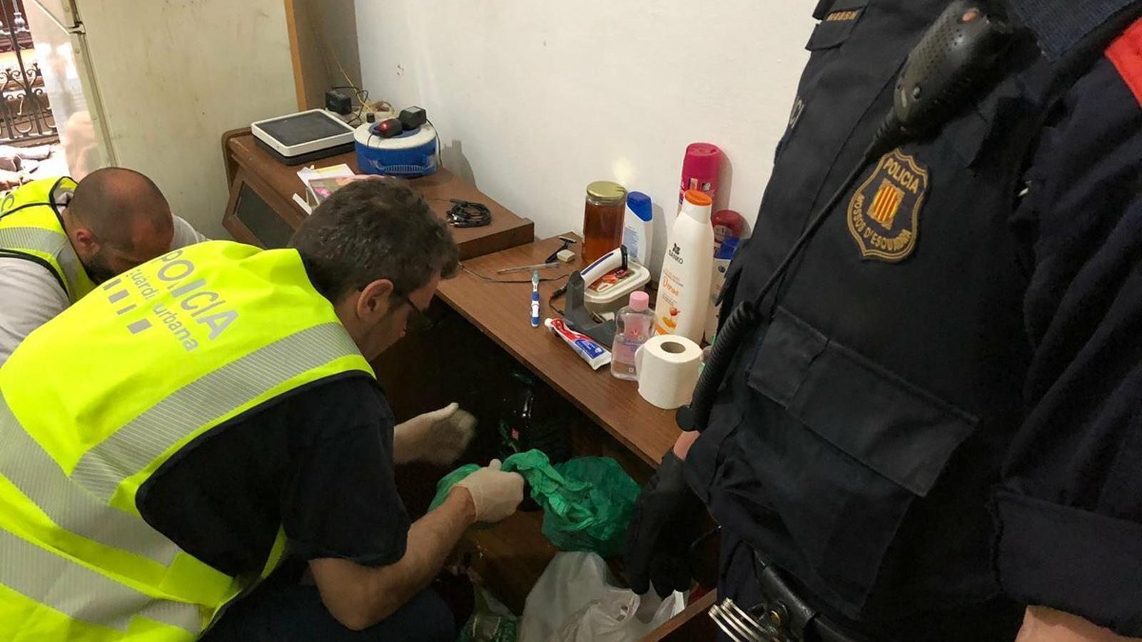 Cinc detinguts en un operatiu contra dos narcopisos del Gòtic