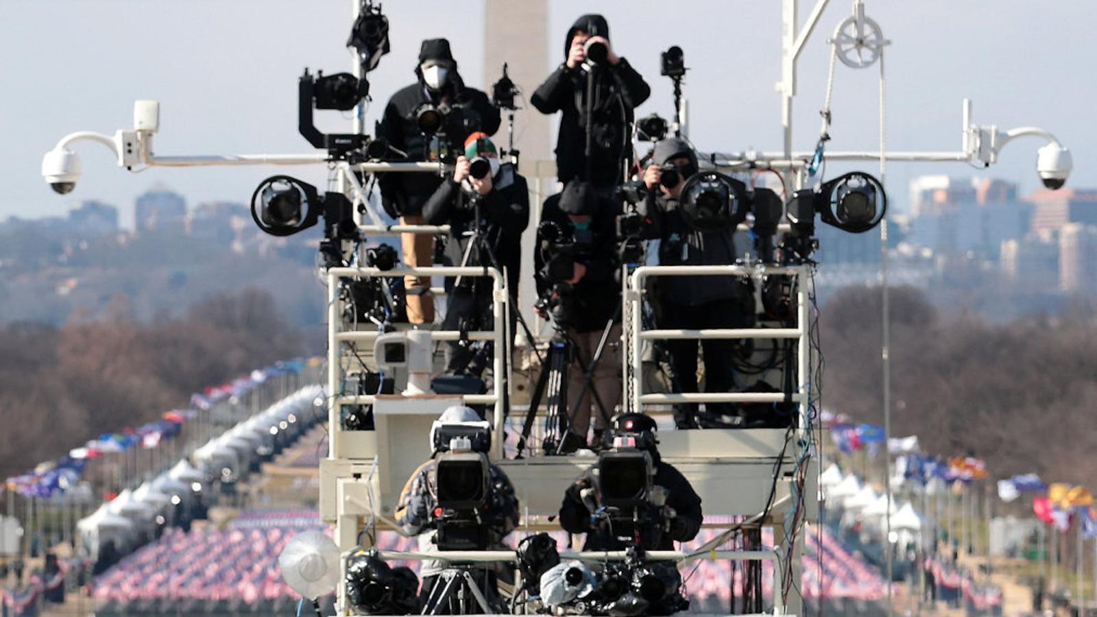 Un equip de càmeres enfoca Joe Biden durant la seva presa de possessió.