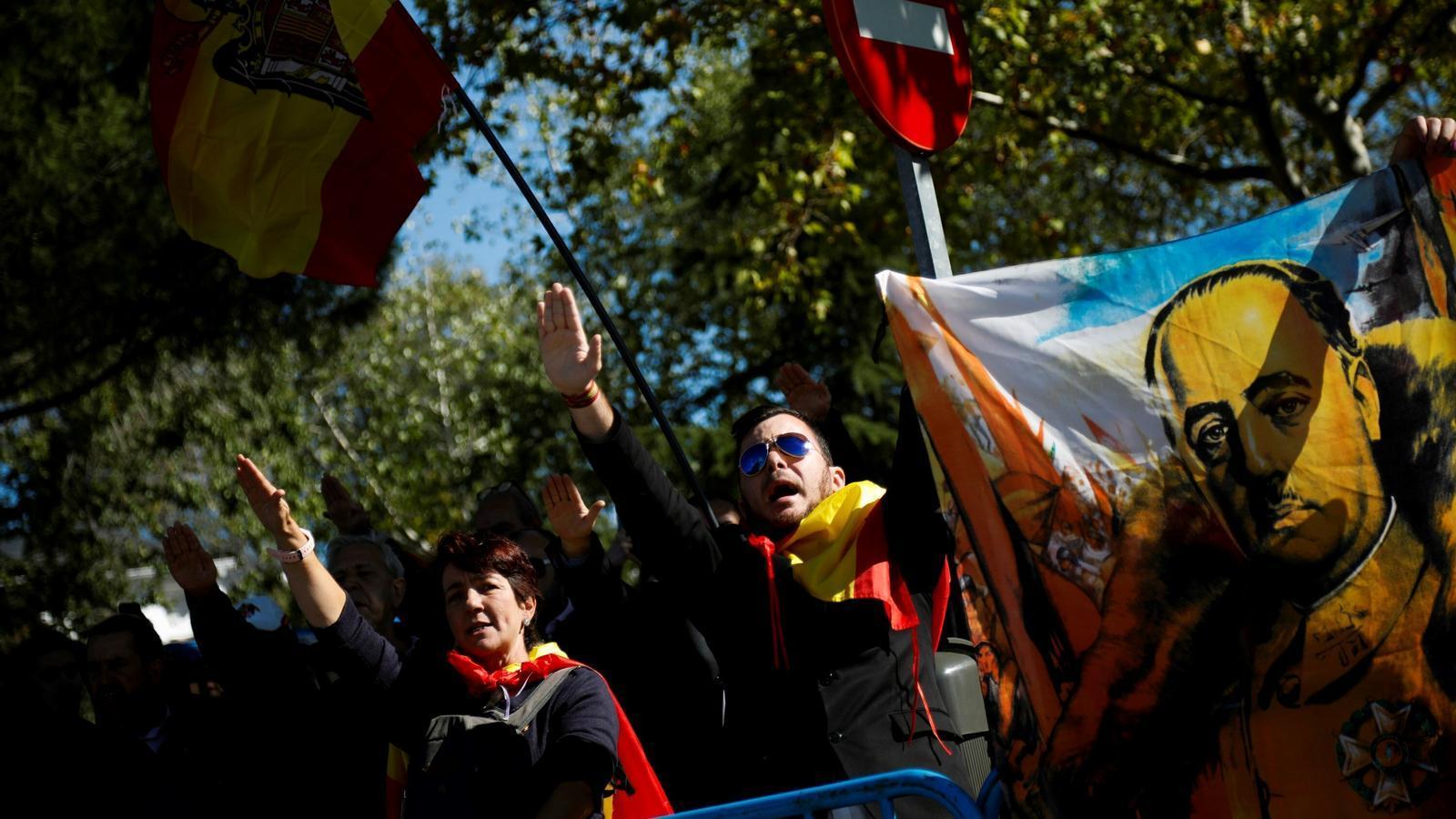 Els manifestants reben el fèretre de Franco amb el braç alçat a Mingorrubio