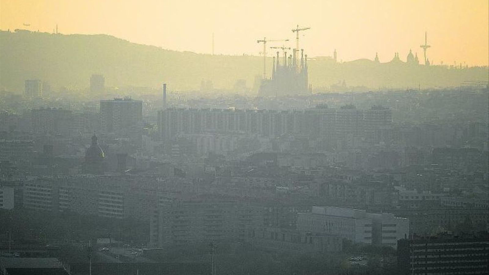 Una vista de Barcelona dilluns des del barri de Singuerlín de Santa Coloma de Gramenet