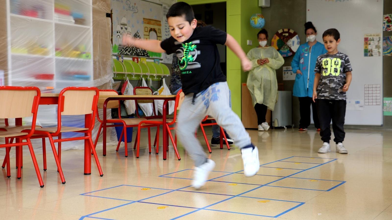 Dos nens juguen a l'aula de l'escola andorrana de Canillo. / E.C. (ANA)