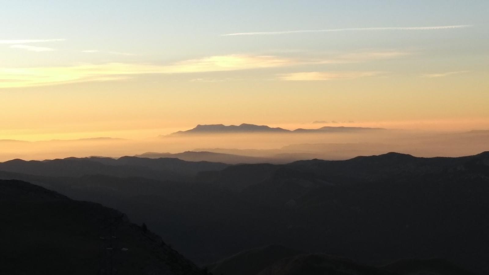 El Montseny damunt la boirina de la Plana de Vic, avui