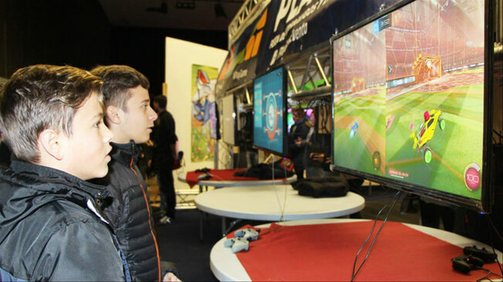 Joves jugant a un videojoc. / ARXIU ANA