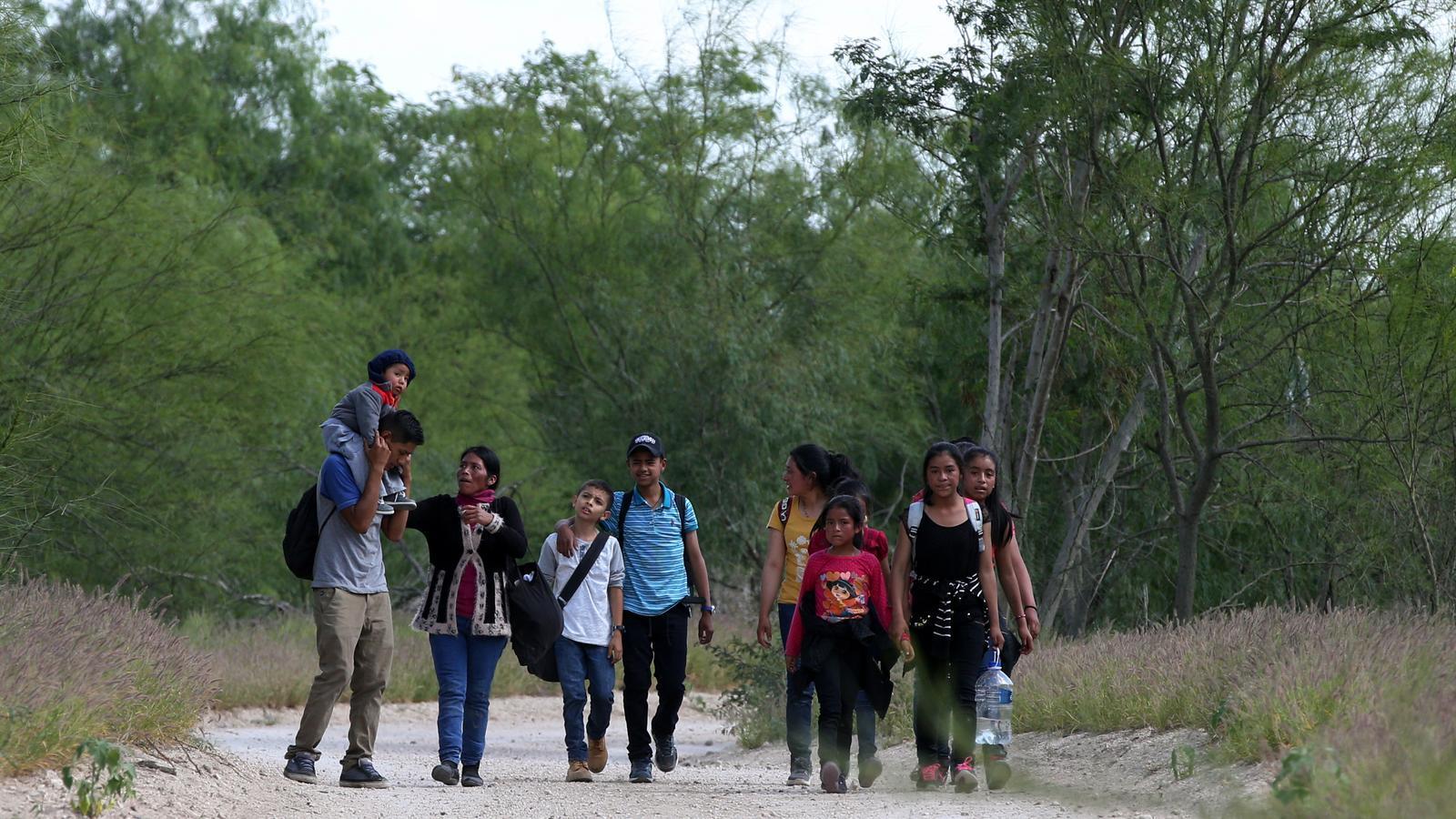 Separar els fills dels pares: la nova política de Trump per aterrir els refugiats