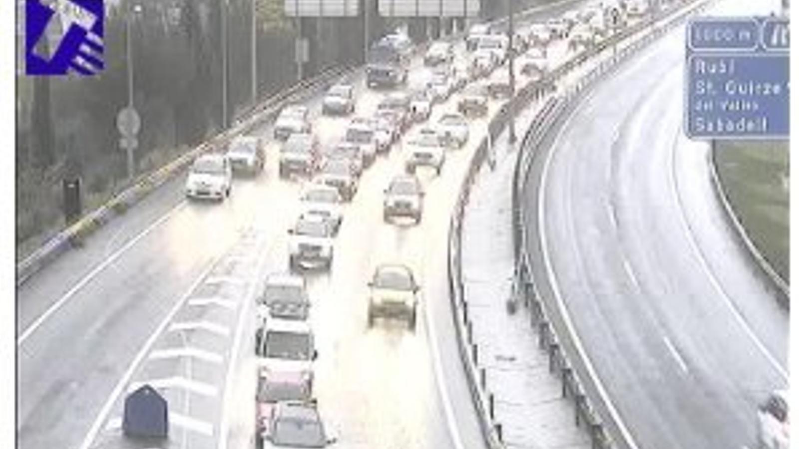 La pluja complica la circulació i afecta el transport públic