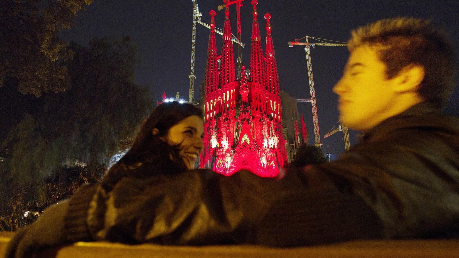 La Sagrada Família es tenyeix de vermell