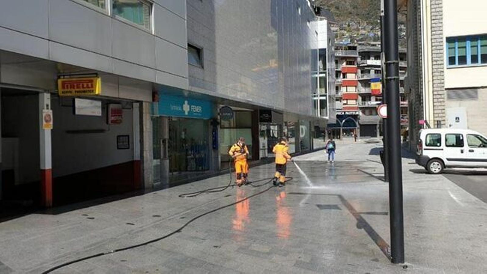 Operaris netegen un carrer dela capital durant el confinament / ARA Arxiu