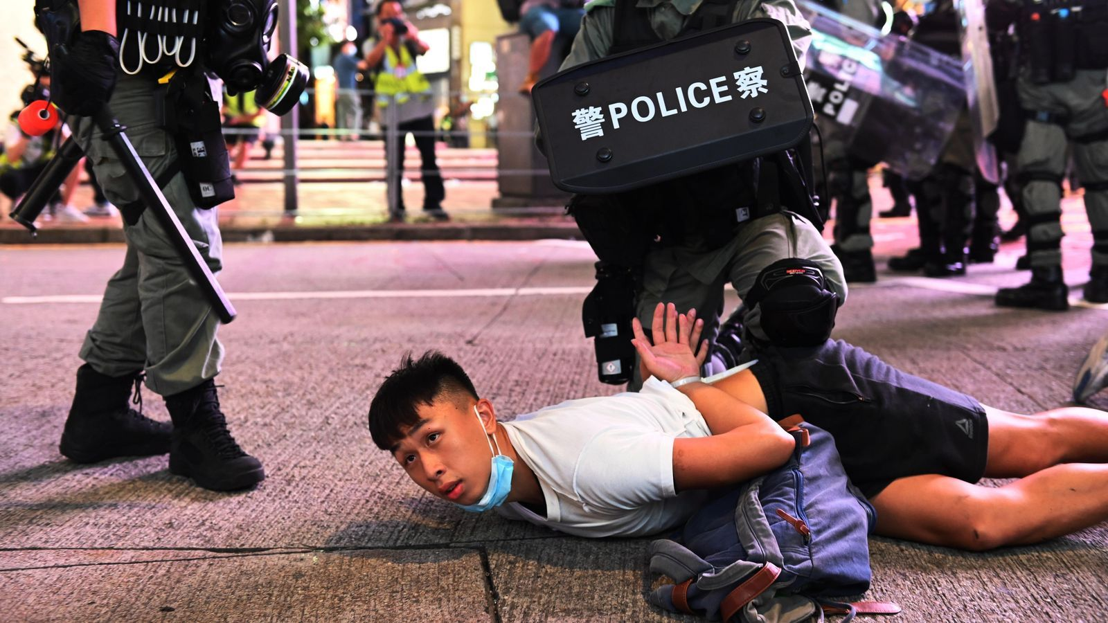 Un manifestant [es detingut als carrers de Hong Kong aquest dimecres, després de protestar per la nova llei de seguretat nacional