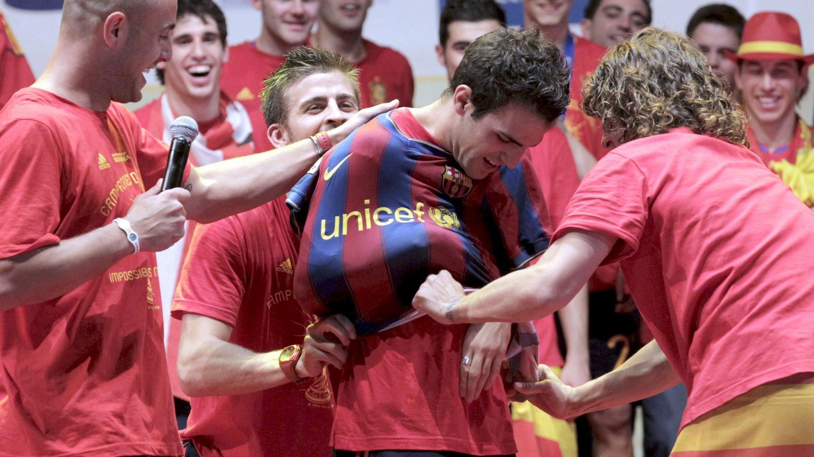 Un any després Cesc pot ser jugador del Barça un any després d'aquesta imatge, que correspon a la celebració del Mundial.