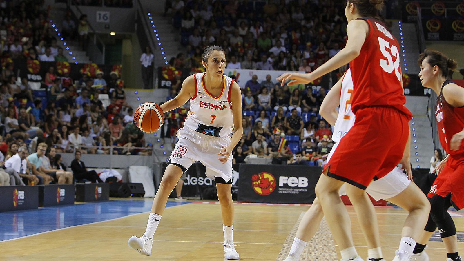 Alba Torrens durant una jugada del partit de preparació disputat al Palau d'Esports de Son Moix contra el combinat nacional del Japó.