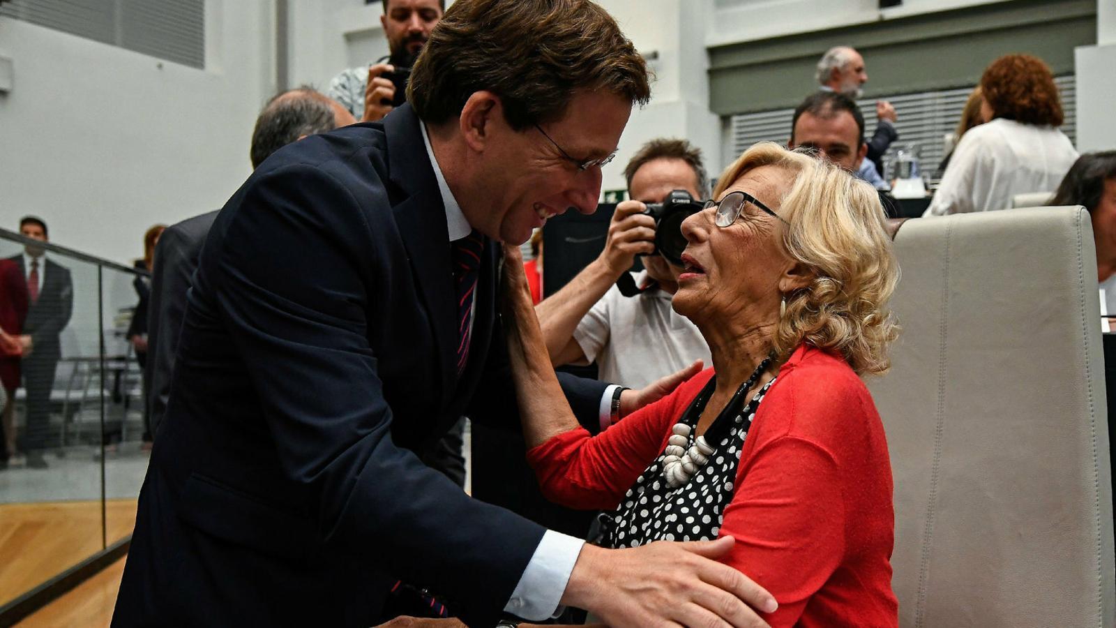 El nou alcalde, Martínez-Almeida, pren el relleu de Manuela Carmena.