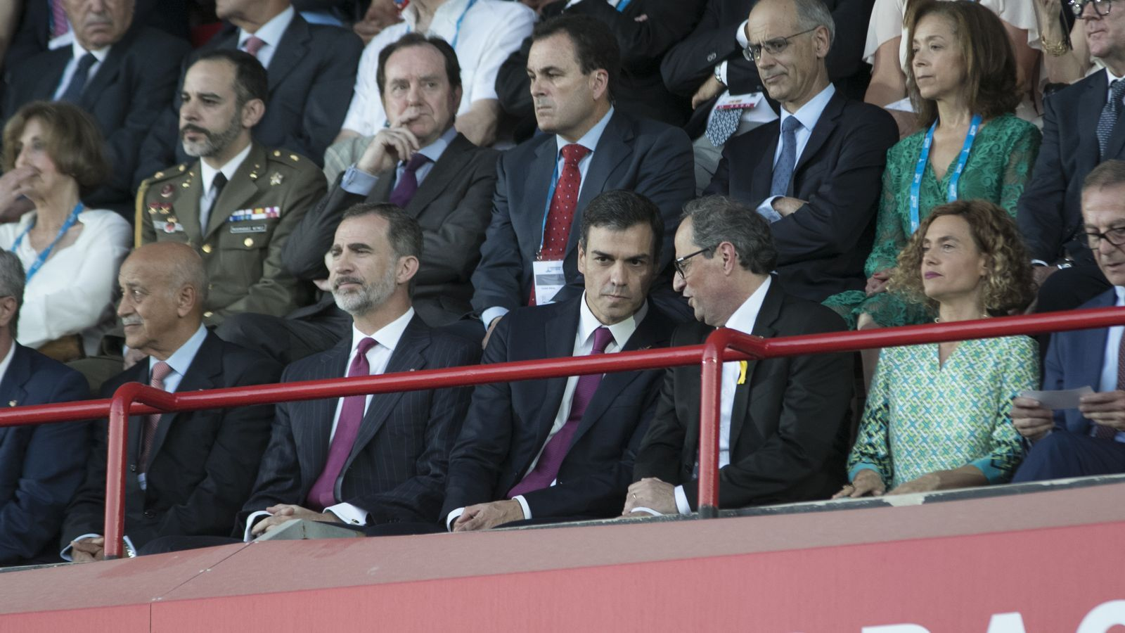 El rei Felip VI, el president espanyol, Pedro Sánchez, i el de la Generalitat, Quim Torra, durant la cerimònia inaugural dels Jocs Mediterranis.