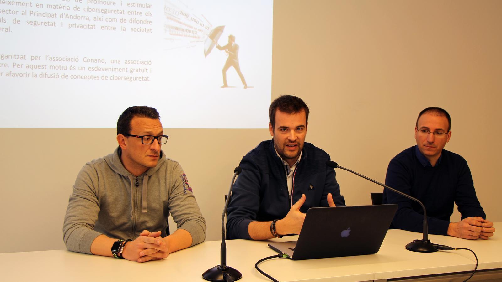 Àlex Estalés, David Julian i Jordi Celades, de l'associació Conand, expliquen els detalls del congrés. / C.G. (ANA)