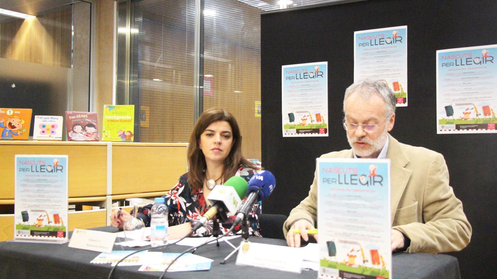 El conseller de Cultura del comú de Sant Julià de Lòria, Josep Roig, i la responsable de la biblioteca laurediana, Elisabeth Gil, en la presentació del 21è cicle 'Nascuts per llegir'. / E. J. M. (ANA)