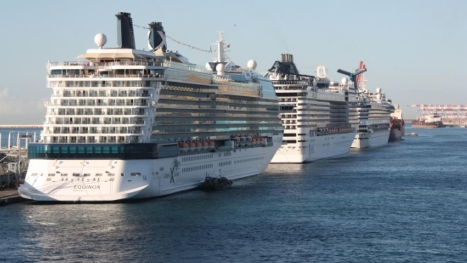 El moll Adossat del port de Barcelona amb diversos creuers amarrats.