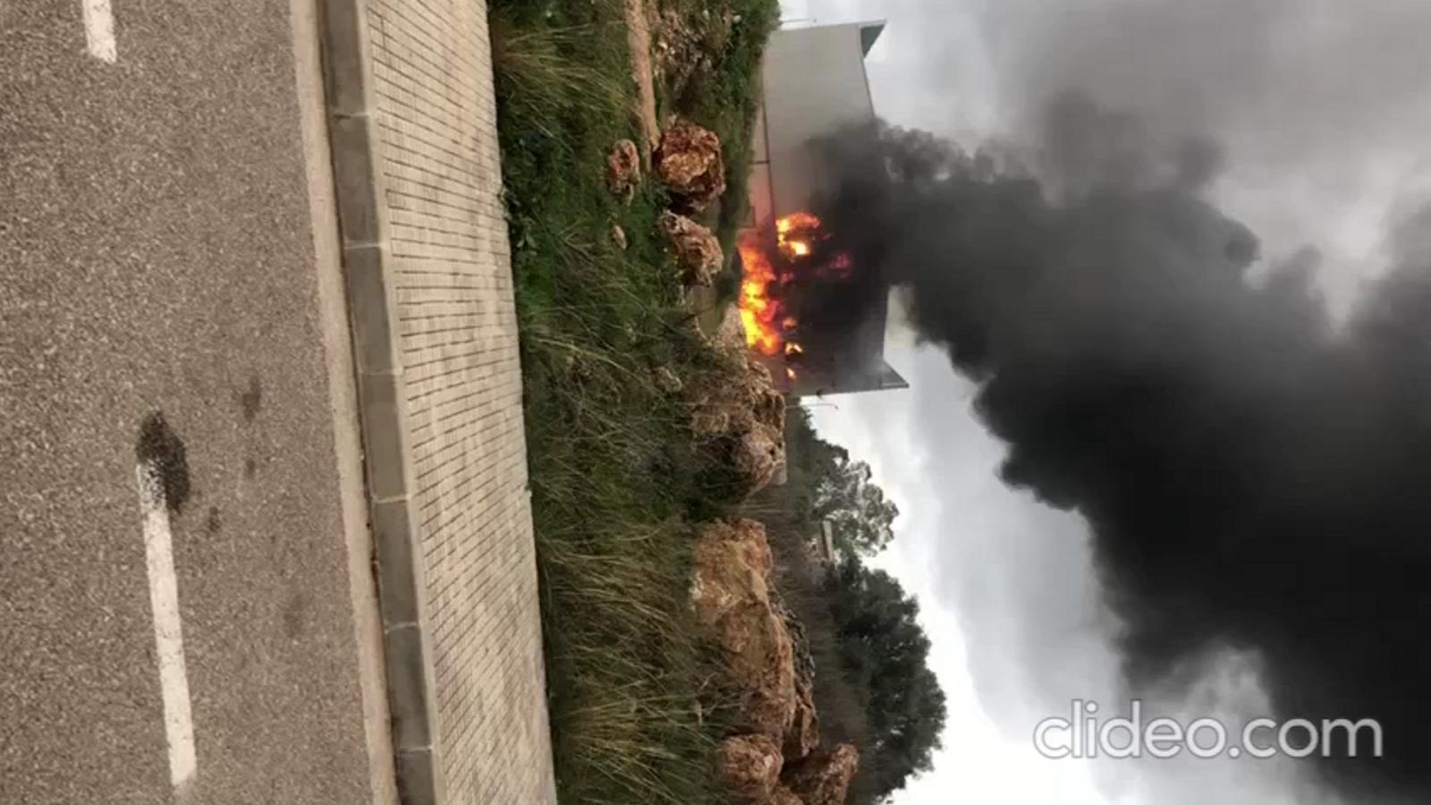 Incendi a una nau industrial a Pollença