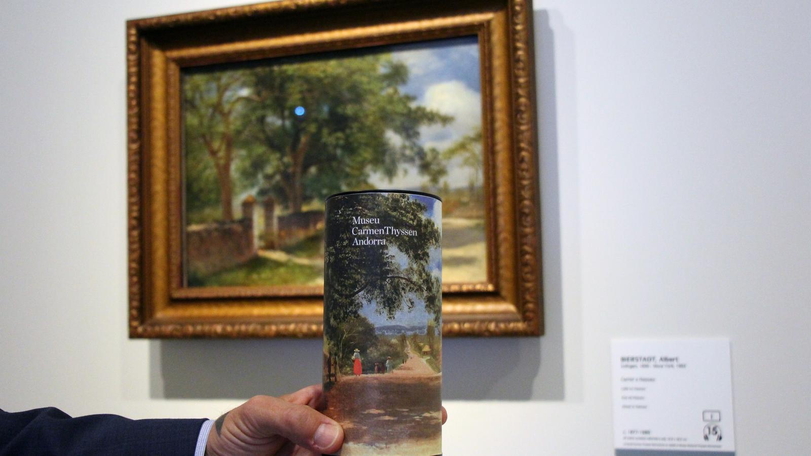 El director artístic del museu i comissari, Guillermo Cervera, mostra un dels pots de te inspirats en un quadre de l'exposició. / C.G. (ANA)