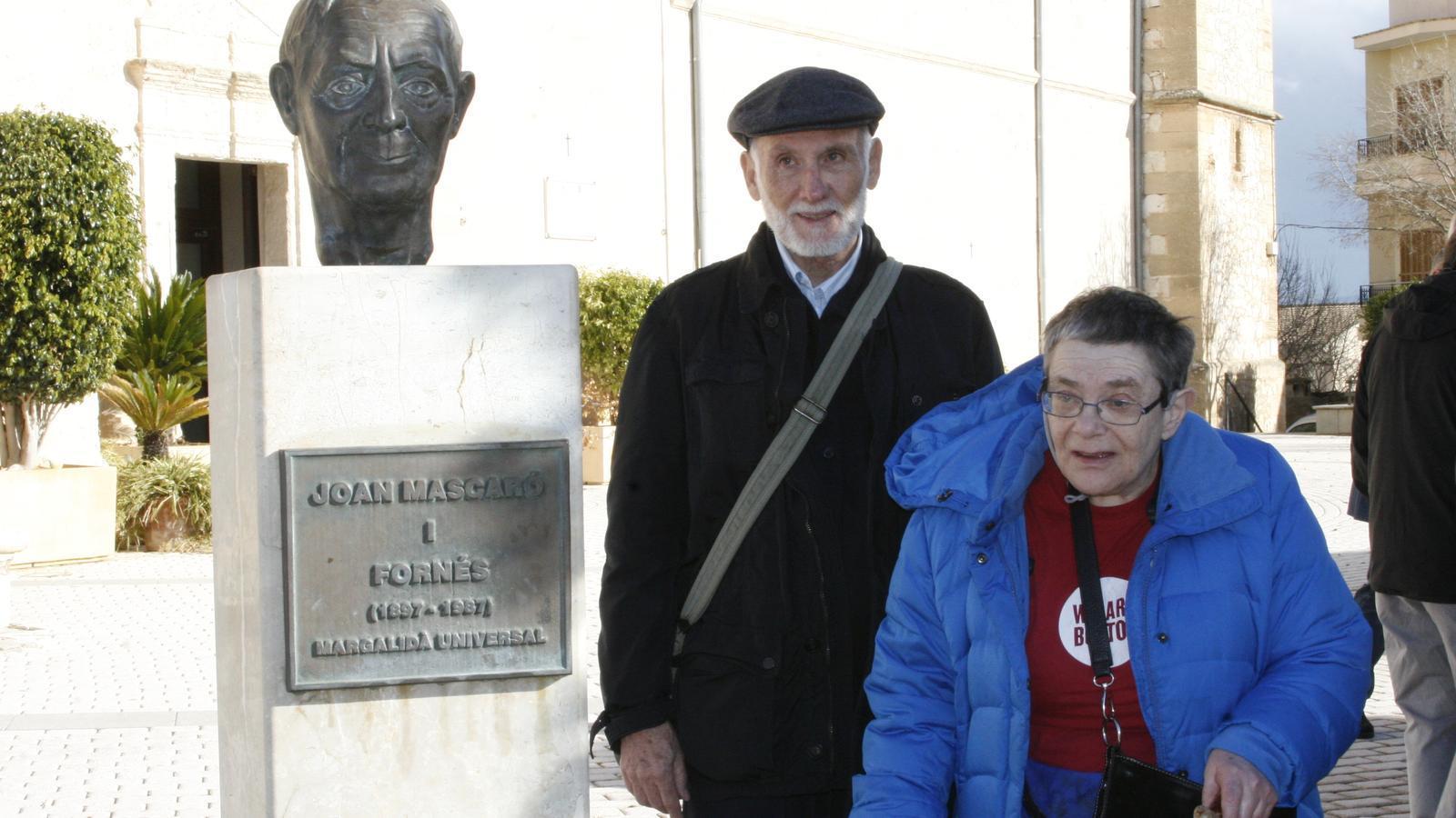 Jordi Griera, acompanyant a Coloma Mascaró, filla del homenatjat, vora el bust de son pare.