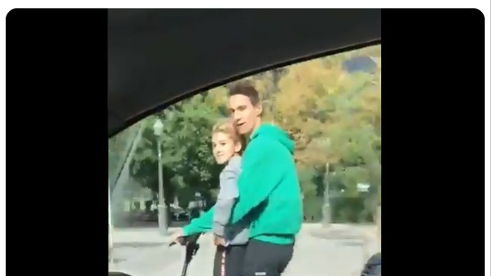 Busquen dues persones que circulaven amb patinet elèctric per un carril ordinari de la Diagonal de Barcelona