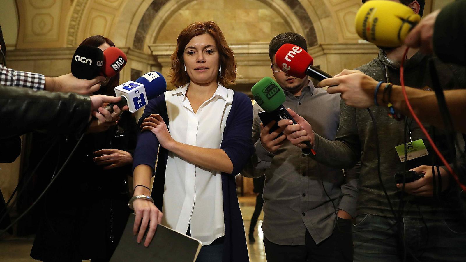 La portaveu de Catalunya en Comú Podem, Elisenda Alamany, atenent els mitjans al Parlament en una imatge d'arxiu. / T.ALBIR/EFE