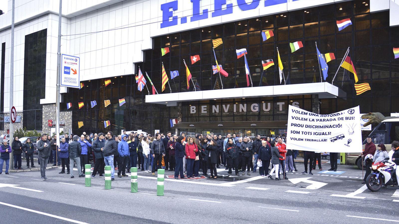 Concentració dels treballadors del Punt de Trobada, el maig del 2017, per reclamar el servei d'autobús i una rotonda. / ARXIU