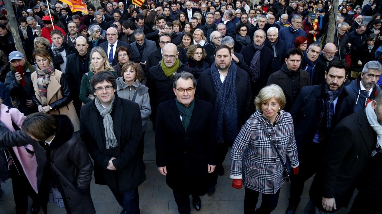DES DE CASA - Página 13 Puigdemont-Mas-comitiva-dirigint-se-TSJC_1737436359_38103826_766x565