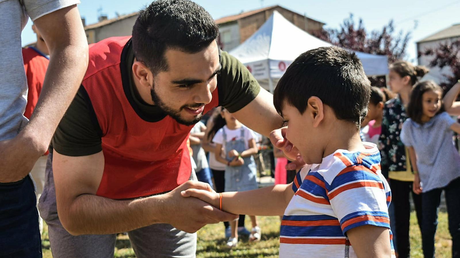 Un monitor i un dels nens participants en el projecte Salam dels JCMR a Manlleu.